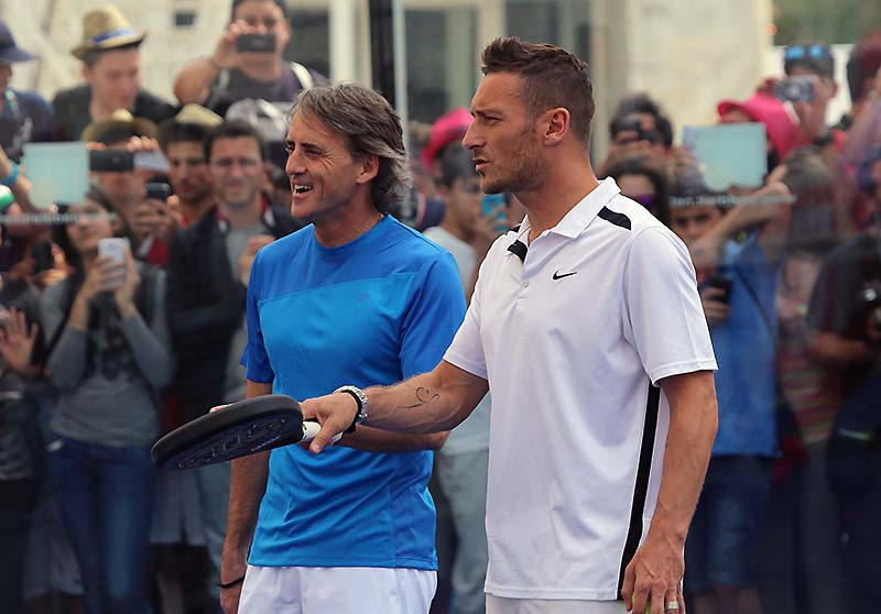 [IMG]http://tennis.it/wp-content/blogs.dir/1/files/totti-paddle/02-roberto-mancini-e-francesco-totti-giocano-a-paddle-agli-internazionali-di-italia-di-tennis-2014.jpg[/IMG]